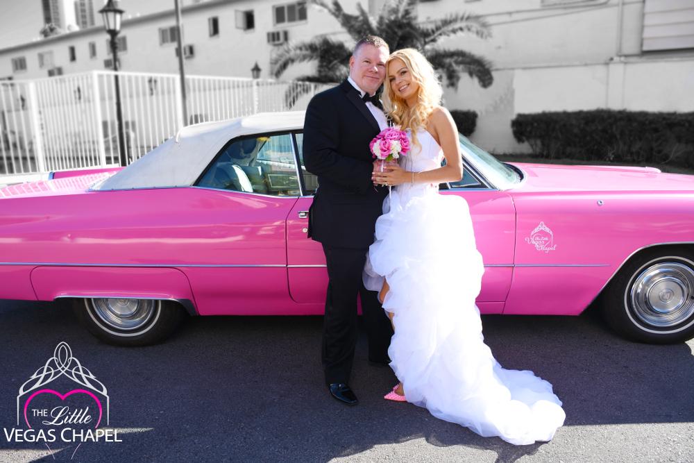 Deutsche Paare, die ihr Elvis-Fieber in der Little Vegas Chapel erleben.